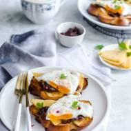 Grzanki z chałki z serem, konfiturą i jajkiem sadzonym