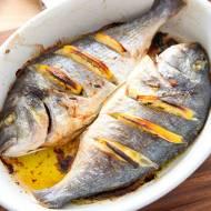 Ryba w całości z piekarnika. Wygląda bosko, smakuje rewelacyjnie [PRZEPIS]
