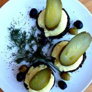 Haggis na ziemniaczanym puree z ogórkami kiszonymi