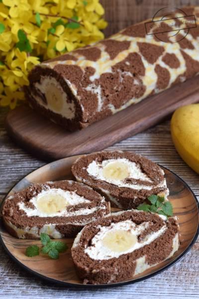 Rolada z masą twarogową i bananami