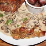 Pieczona karkówka z kremowym sosem pieczarkowym