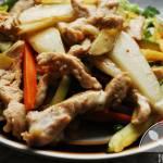 Sałatka z kurczakiem, warzywami i gruszką