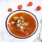 Zupa pomidorowa z cukinią i białą fasolką