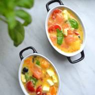 Pomysł na śniadanie – pieczony omlet z łososiem, oliwkami, fetą i pomidorami