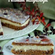 Ciasto marchewkowe z kremem budyniowym i orzechami włoskimi