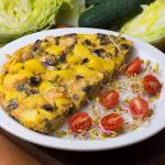 Pieczony omlet z ziemniakami, szynką i groszkiem