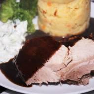 Pieczeń z szynki i ciemny sos pieczeniowy, obiad doskonały