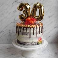 Tort zdobiony kwiatami