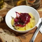 Śledź w burakach, śliwce i czerwonej cebuli z sałatką ziemniaczaną