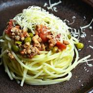 Makaron spaghetti z sosem pomidorowym, zielonym groszkiem i mieloną karkówką