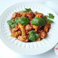 Mięso mielone z pomidorami i makaronem kukurydzianym