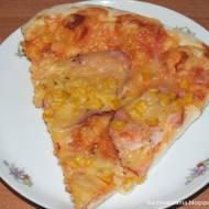 Pizza z serem, szynką i kukurydzą