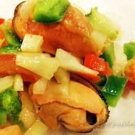 Sałatka z małży, papryki, pomidorów i cebuli