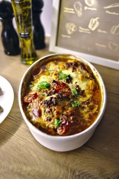 Pierś z kurczaka zapiekana w sosie z suszonych pomidorów z mozzarellą i czerwonym pieprzem
