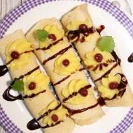 Naleśniki deserowe z kremem adwokatowym, perełkami i sosem
