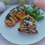 Pierś z kurczaka ze szpinakiem zapiekana w cieście francuskim