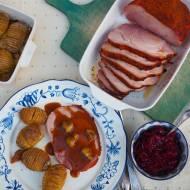 Szynka świąteczna podana z ziemniakami hasselback