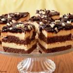 Czekoladowe ciasto z kremem śmietankowym.