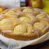 Szybkie ciasto ucierane z połówkami jabłek