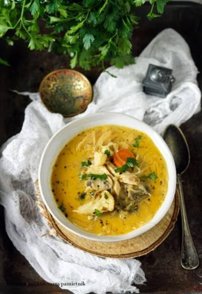 Zupa tajska z warzywami i kurczakiem