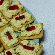 Krakersy z pastą serowo – jajeczną