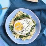 Kasza jaglana ze szpinakiem i jajkiem sadzonym