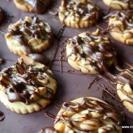 Kruche ciasteczka z orzeszkami ziemnymi i czekoladą