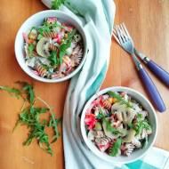 Sałatka makaronowa z sosem czosnkowym