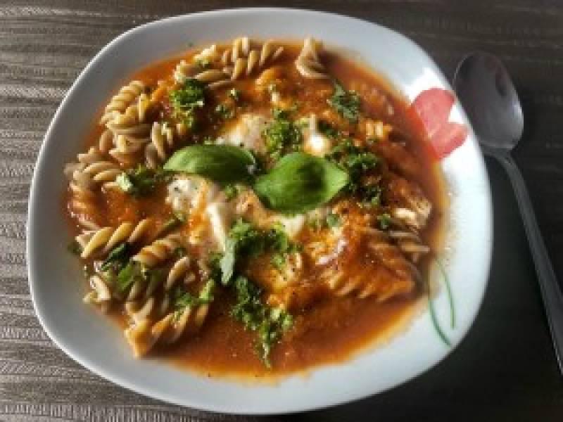Niskokaloryczna zupa pomidorowa z kurczakiem i makaronem – FIT PRZEPIS!