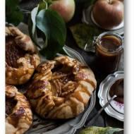 Rustykalne małe tartaletki (galletes) z jabłkami i z rumowym solonym karmelem