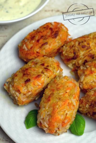 Kotlety z ryżu i marchewki z sosem majonezowo-jogurtowym