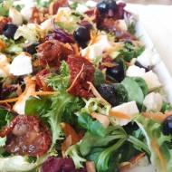 Sałatka z mozzarellą, oliwkami i winegretem
