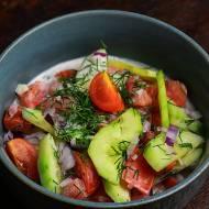 Surówka z ogórków i pomidorów w jogurcie kozim