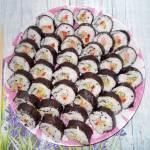 Domowe sushi z kiełkami, łososiem i papryką