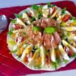 Fit sałatka z jajkiem i łososiem (250 kalorii)