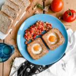 Jajka sadzone w tostach z pomidorową salsą