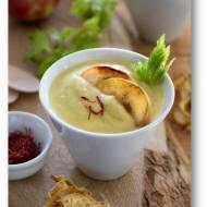 Zupa krem z selera, imbiru i curry z prażonymi jabłkami i chipsami z selera