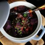 Gulasz warzywny na batatach fioletowych