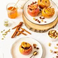 Jabłka pieczone z bakaliami i podane z sosem waniliowym