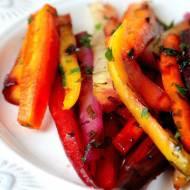 Pieczone kolorowe marchewki w miodzie