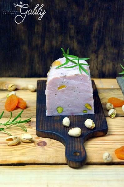 Szynka z indyka z szynkowara z morelami i pistacjami