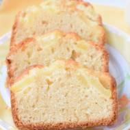 Ucierane śmietanowe ciasto z ananasem.