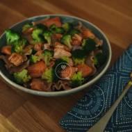Makaron z łososiem i brokułem