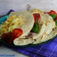 Piady z awokado, capocollo, pomidorem i bazylią