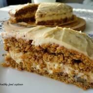 Pełnoziarniste ciasto marchewkowe z kremem orzechowym