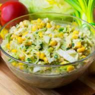 Surówka z sałatą, ogórkiem i kukurydzą