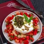 Burrata z szałwiowym pesto i pomidorami
