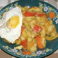 ziemniaki z papryką i sadzonym jajkiem...