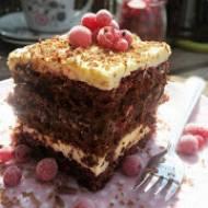 Ciasto kakaowe z kremem budyniowym, kajmakiem i dżemem porzeczkowym
