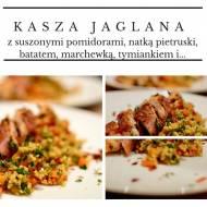 Kasza jaglana z marchewką, batatem, tymiankiem, suszonymi pomidorami i piersią z kurczaka w szynce parmeńskiej